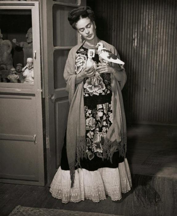 Фрида Кало в длиннополой широкой юбке