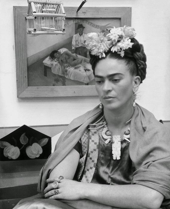Фрида сидит возле картины «Всего-то несколько царапин!», 1945 год.