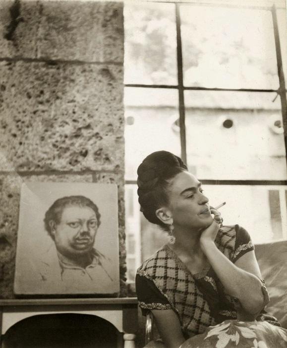 Фрида Кало около написанного автопортрета мужа Диего Риверы, 1930 год.
