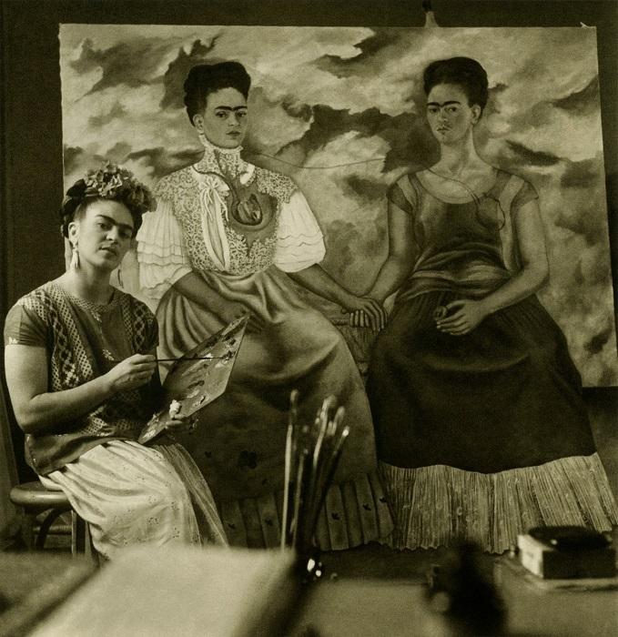 Фрида за написанием картины «Две сестры», 1938 год.