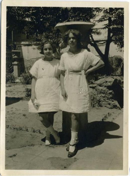 Юная портретистка с сестрой Кристиной.