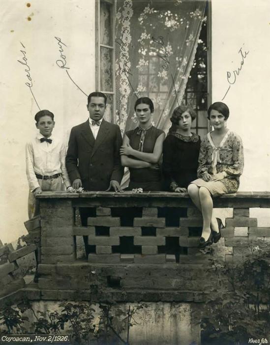 Фрида с сестрами Адрианой и Кристиной, а также кузенами Кармен и Карлос Вераса.