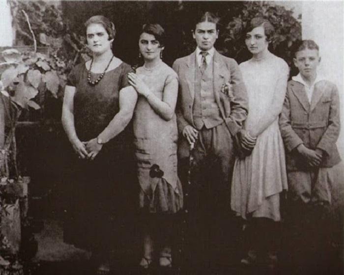 Фрида в мужском костюме с сестрами, а также кузенами, 1926 год.