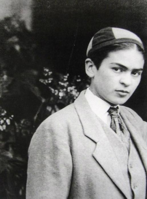 Фрида Кало в классическом мужском костюме, 1926 год.
