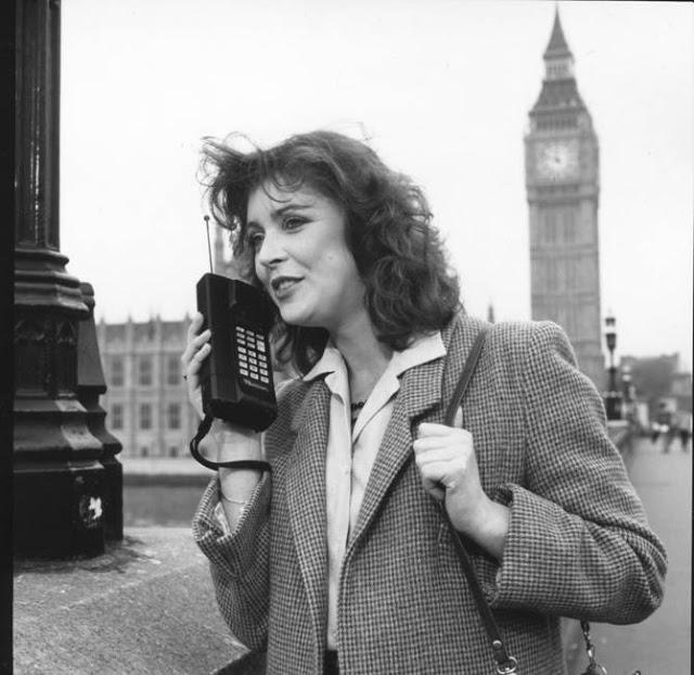 Женщина общается по сотовому телефону.