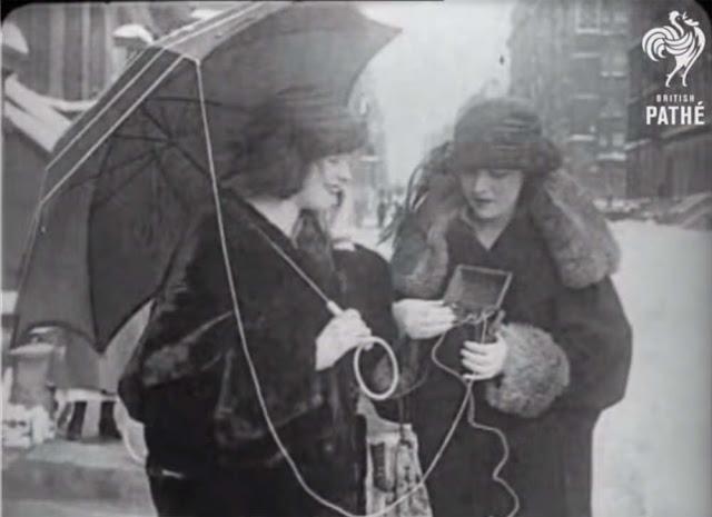 Женщины пытаются дозвониться по телефону.