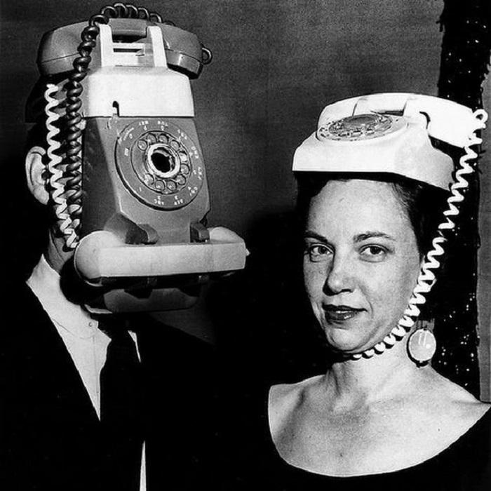 Молодая пара в необычных масках.