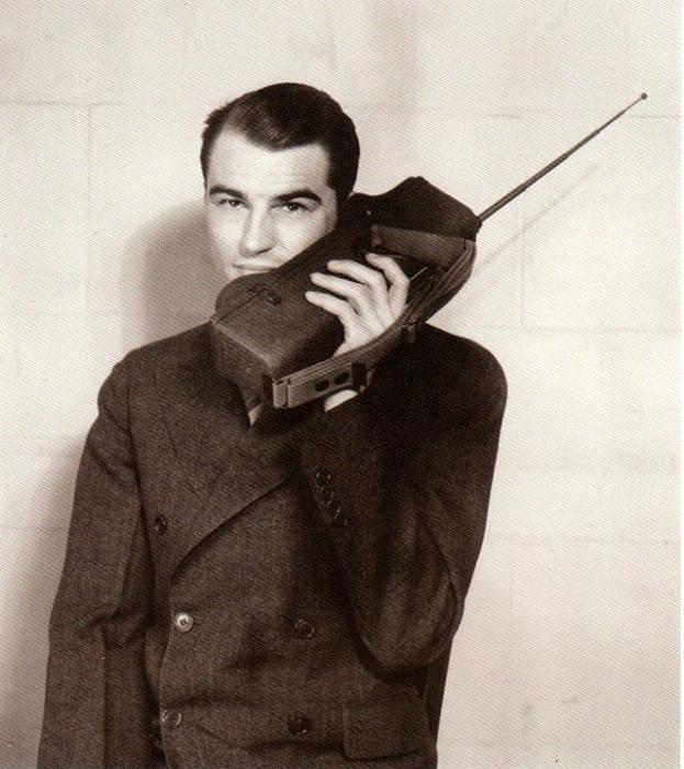 Представительный джентльмен общается по мобильному телефону.