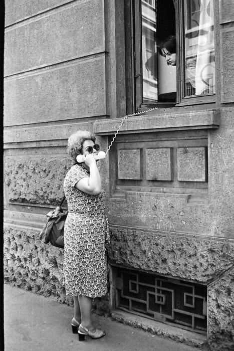Женщина воспользовалась домашним телефонным аппаратом через окно первого этажа.