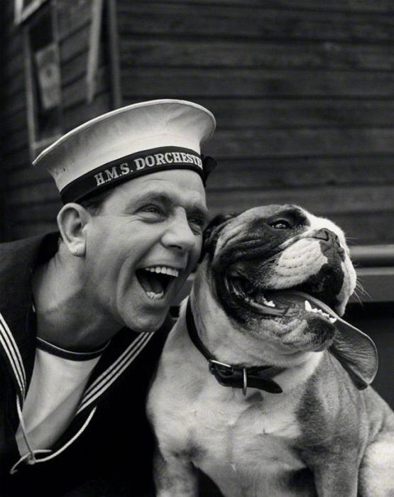 Английский актёр-комик Норман Уиздом с собакой.