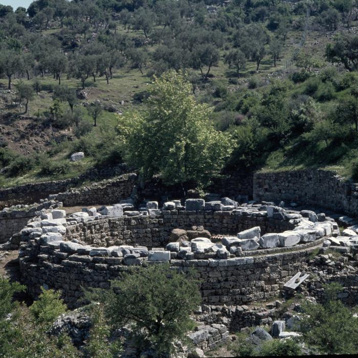 Монумент, на острове Самофракия, воздвигнутый Арсиноей II в знак признательности за предоставленное ей здесь убежище.