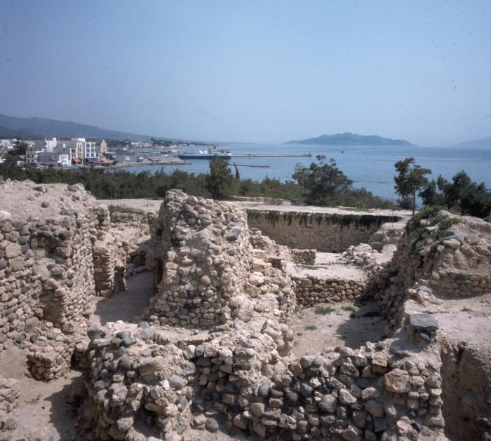 На археологических раскопках древнего города на холме острова Эгина.