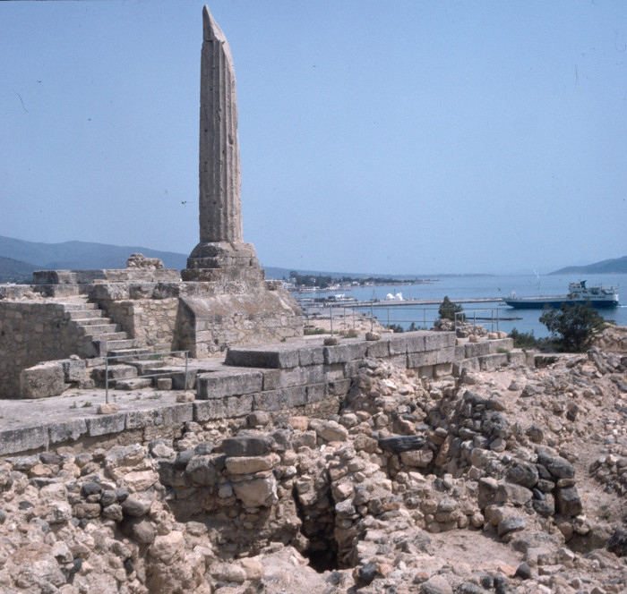 Колонна и подвально-цокольная часть храма. Остров Эгина.