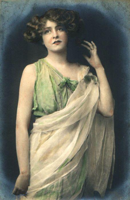 Нежное сочетание в наряде белого и светло-салатового дополняет образ знаменитости.