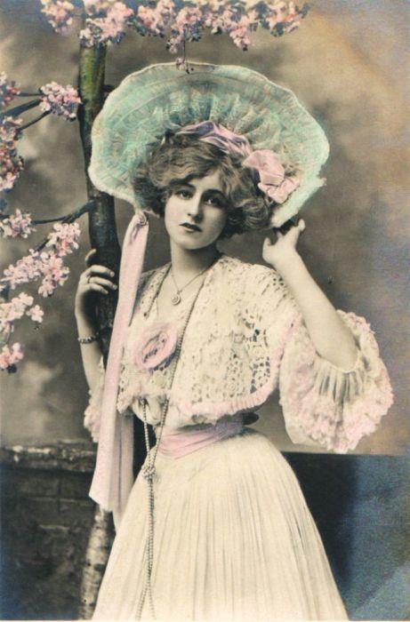 Чудесный весенний образ женщины в бело-розовых цветах под цветущим деревом.