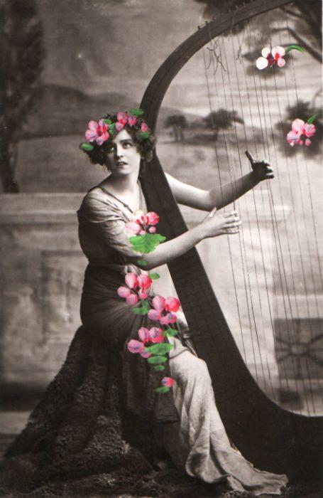 Мелодичный образ Габриэль Рей дополнен живыми цветами.