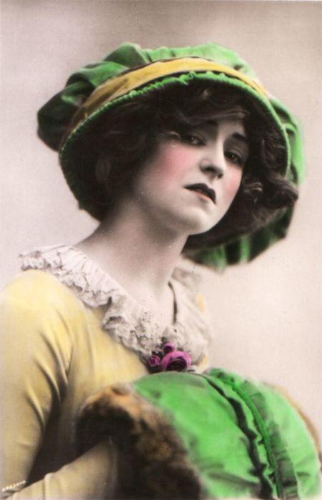 В жёлтом платье и зелёной шляпе актриса превосходна.