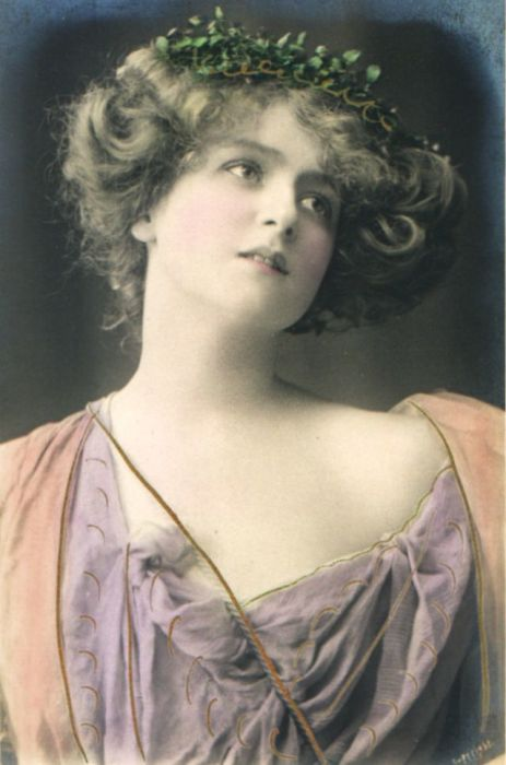 Светлые розовые и сиренивые тона одежды и чудесное украшение на голове делает образ необычайно нежным.