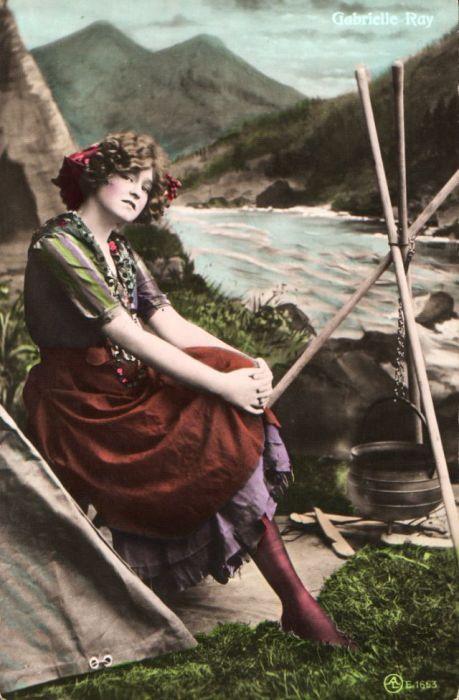 Чудесная Габриэль Рей присела отдохнуть в горах возле озера пока готовится еда на костре.