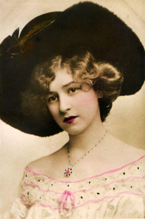 Чёрная шляпа и бордовая помада подчёркивают хороший вкус женщины.
