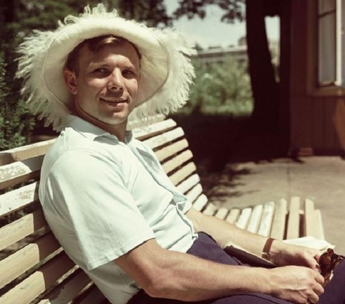 Греясь на солнце в Крыму, лето 1961 г.