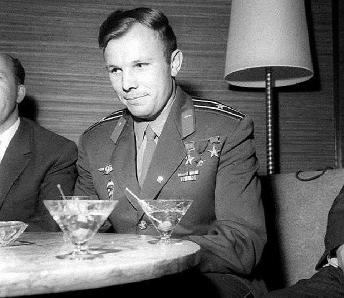 После своего полета Гагарин посетил несколько десятков стран.