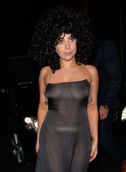Леди Гага не перестает удивлять своими откровенными нарядами.