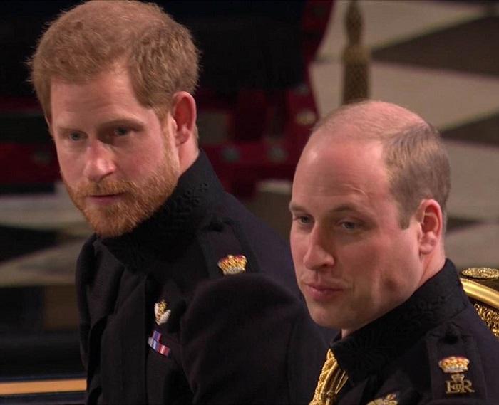 Harry e William estão esperando a noiva, que está prestes a chegar ao Castelo de Windsor.