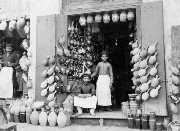 Торговцы глиняных кувшинов в Тифлисе.