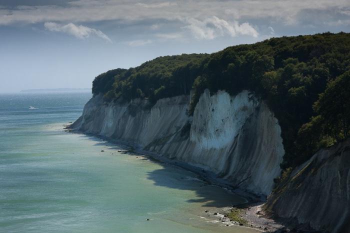 Самый прекрасный и самый большой остров Германии, меловые скалы - визитная карточка острова.
