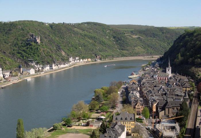 Самый известный участок Рейна, где река проложила себе путь через крутые холмы покрытые виноградниками, увенчанные бесчисленными замками и руинами.
