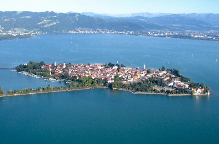 Город-остров на Боденском озере, расположен в самом центре Европы, на границе трех государств — Германии, Австрии и Швейцарии.