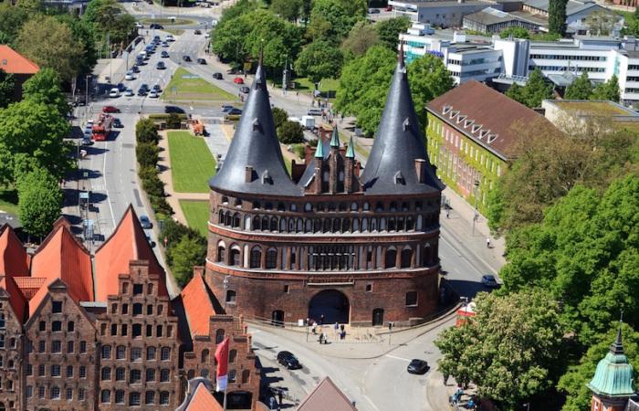Благодаря своим двум увлекательно круглым башням и арочному входу, она рассматривается как символ города Любеке.