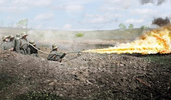 Солдаты штурмового батальона демонстрируют мощь ранцевого огнемета «Клейф».