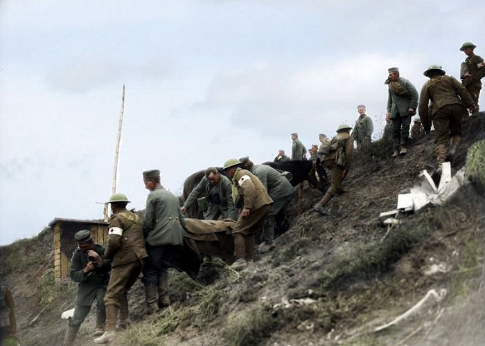 Транспортировка раненого немецкого солдата во время битвы при Аррасе.