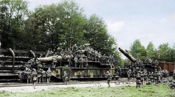 Захваченные железнодорожные артиллерийские установки во французской коммуне Мон-Нотр-Дам.
