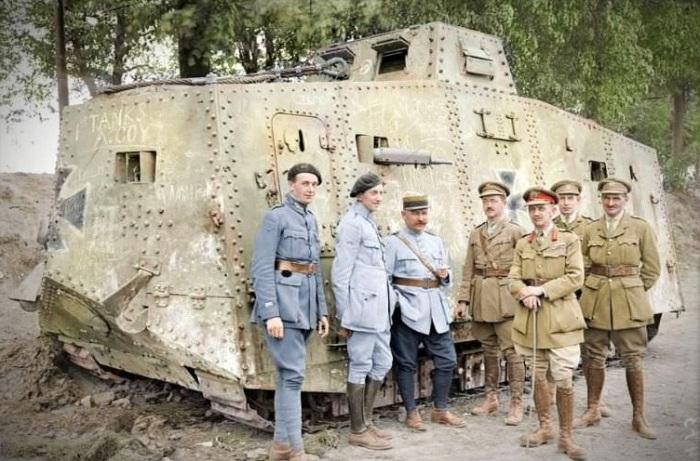 Французские и британские солдаты возле немецкого тяжелого танка A7V, захваченного в бою у Виллер-Бретонне.