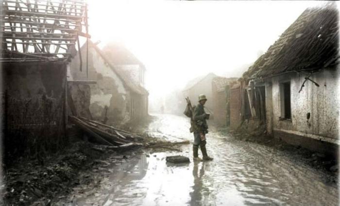 Немецкий пехотинец посреди  разрушенных домов французской деревни Этрикур.