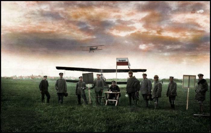 Немецкие солдаты на полевом военном аэродроме.