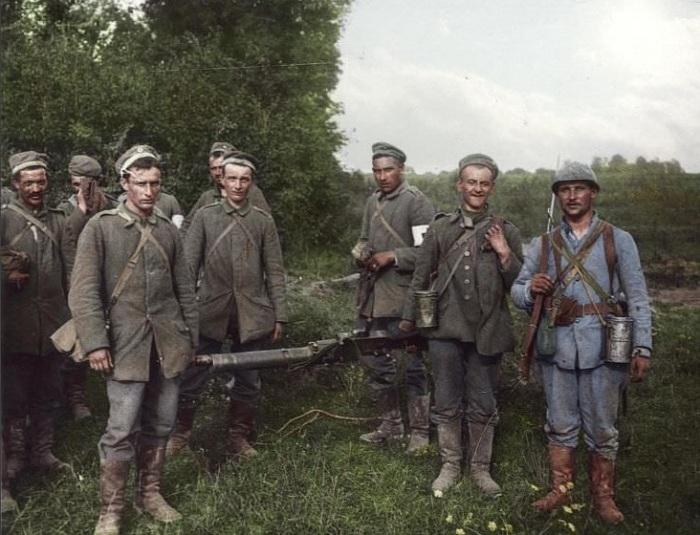 Пленные немецкие солдаты, прибывшие в город Тийолуа (Франция).