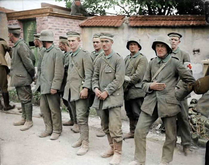 Немецкие солдаты, плененные после боев в Мареиле (Франция).