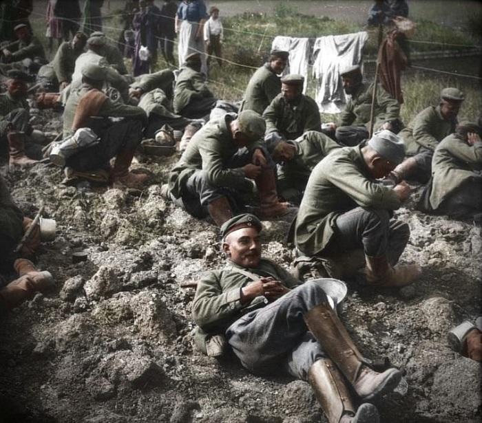 Немецкие солдаты, захваченные в плен во время освобождения города Виллер-Бретонне (Франция).