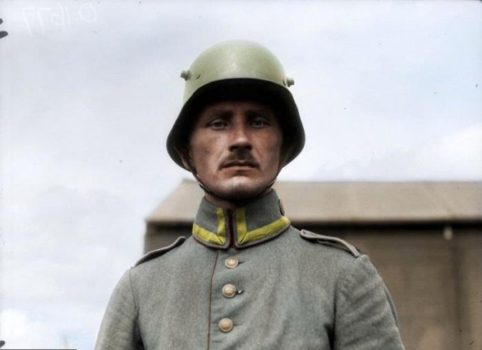 Немецкий военный, захваченный в плен канадскими солдатами.
