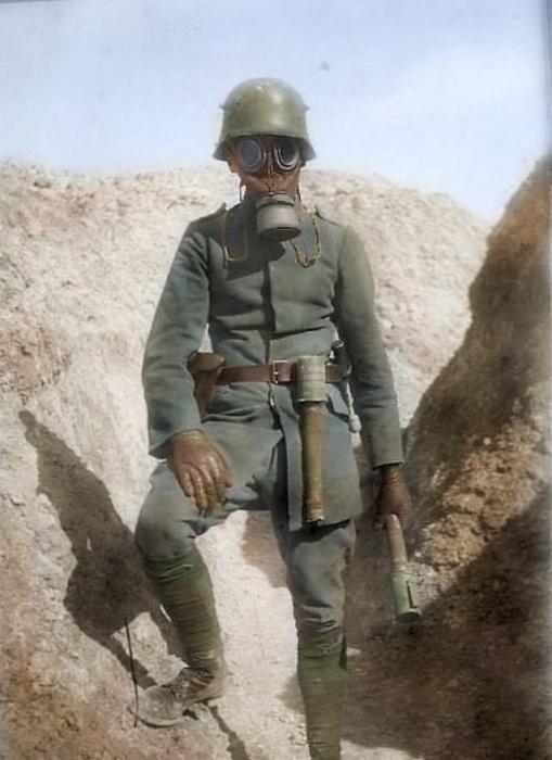 Немецкий солдат с противогазом и ручными гранатами.