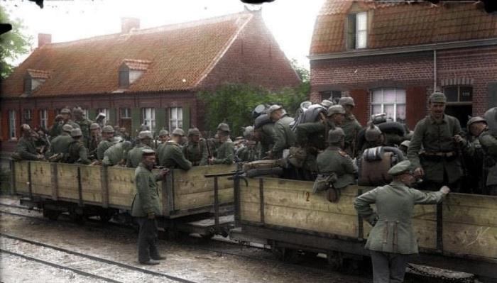Немецкие военные готовятся в отправке на фронт.