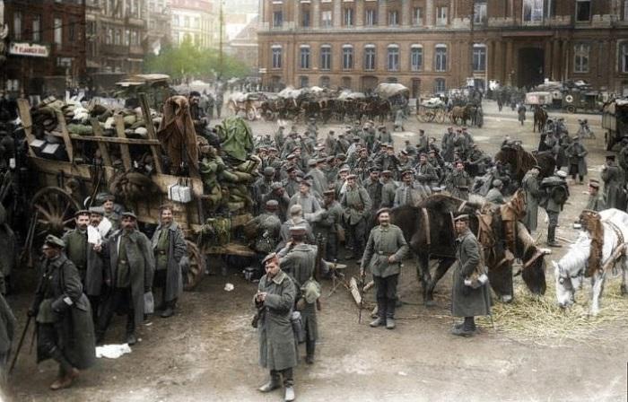 Германское войско, дислоцированное на площади перед «Дворцом князей-епископов» в Льеже (Бельгия).