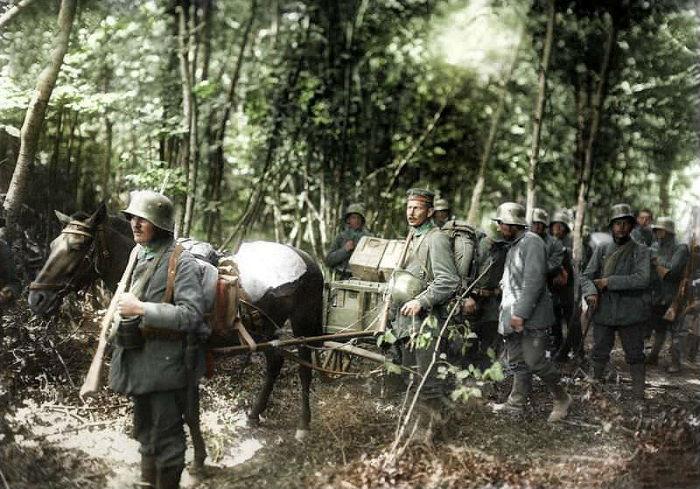 Перемещение отряда солдат с минометом по лесистой местности вдоль фронта Нойон – Мондидье.