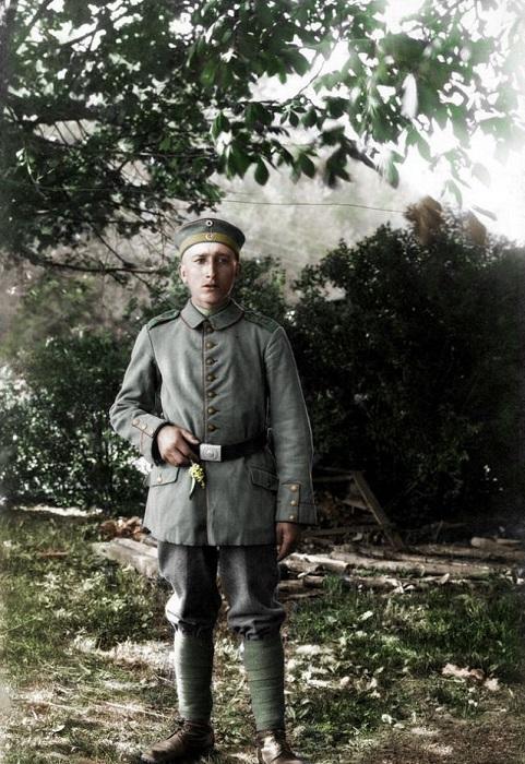 Портрет молодого баварского пехотинца с маленьким цветком в руке.
