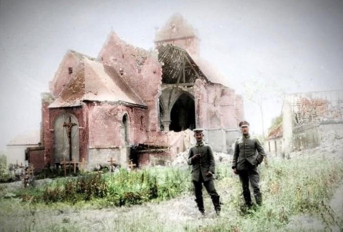 Немецкие солдаты позируют у разрушенной церкви во время затишья между боями.