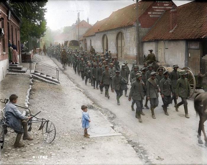 Перемещение пленных немецких солдат, захваченных канадской армией.